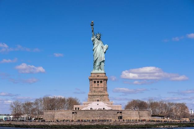 Statua Wolności Pod Niebieskiego Nieba Tłem, Miasto Nowy Jork Premium Zdjęcia