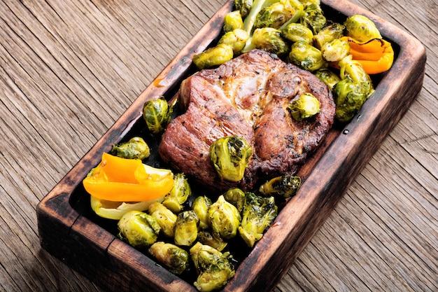 Stek Mięsny Z Brukselką Premium Zdjęcia