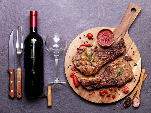 Stek Wieprzowy Z Sosem Z Czerwonego Wina I Przyprawami Z Warzywami Premium Zdjęcia