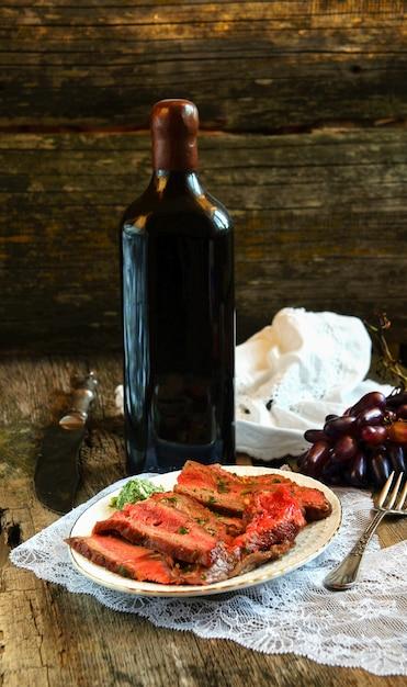Stek Wołowy Na Drewnianej Desce Do Krojenia Z Winogronami Premium Zdjęcia