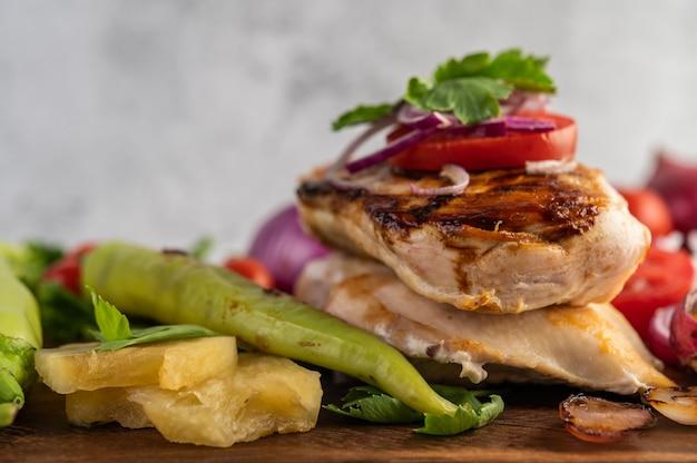 Stek Z Kurczaka Umieszczony Na Drewnianej Tacy. Darmowe Zdjęcia