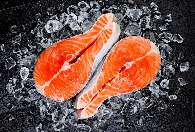 Stek z łososia na lodzie, widok z góry Premium Zdjęcia