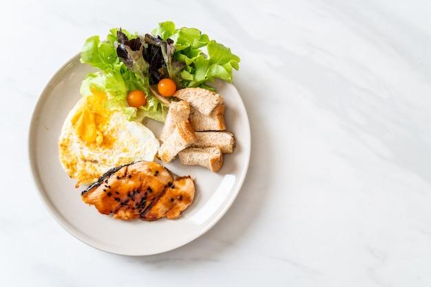 Stek Z łososia Teriyaki Z Jajkiem Sadzonym I Surówką Premium Zdjęcia
