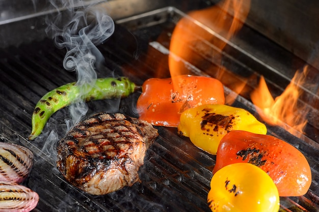 Steki Wołowe I Warzywa Na Grillu Z Płomieniami Premium Zdjęcia