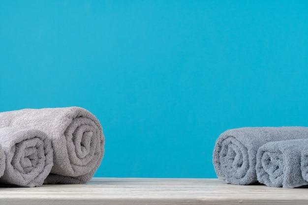 Sterta Staczający Się Ręczniki Na Drewnianym Stole Premium Zdjęcia