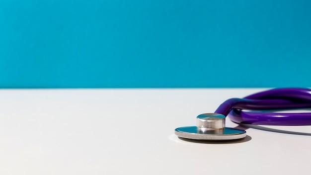 Stetoskop Fioletowy Na Stole Darmowe Zdjęcia