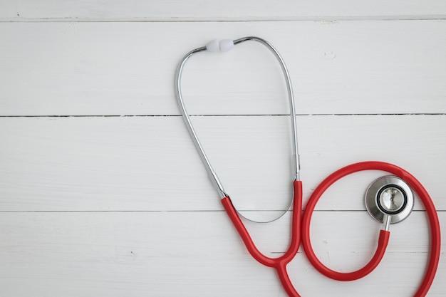 Stetoskop instrument lekarza na białym tle. Premium Zdjęcia