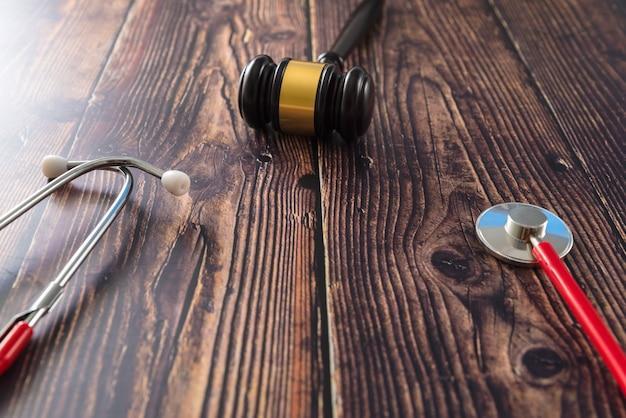 Stetoskop, Książki, Pigułki I Młotek Sędziego Widziany Z Góry. Premium Zdjęcia