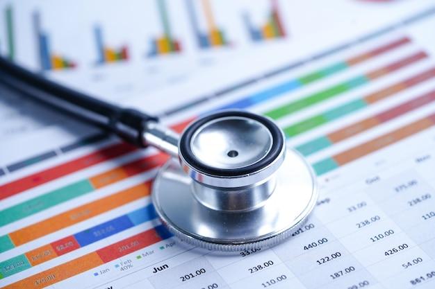 Stetoskop na wykresie lub papierze milimetrowym Premium Zdjęcia