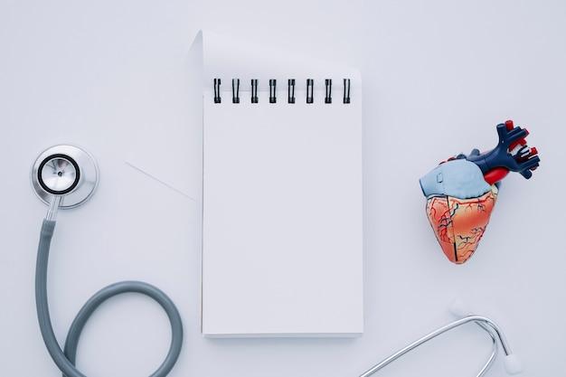 Stetoskop, Notatnik I Realistyczne Serce Darmowe Zdjęcia