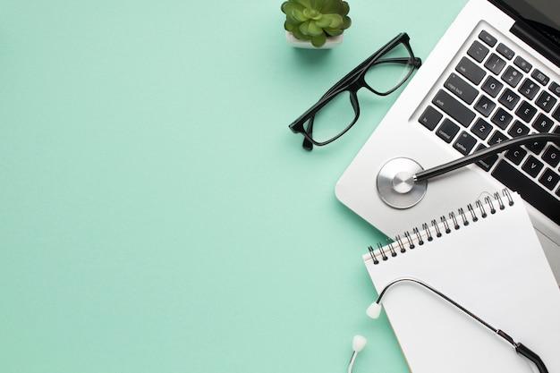 Stetoskop; Spiralny Pamiętnik; Spektakl I Soczysta Roślina Z Laptopem Na Zielonym Tle Darmowe Zdjęcia
