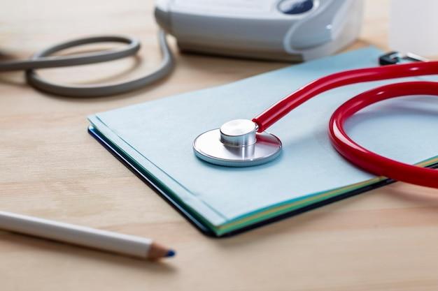 Stetoskop Wysoki Kąt Na Stole Darmowe Zdjęcia