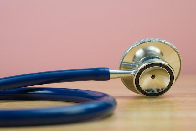 Stetoskop z niebieską rurką na stole Premium Zdjęcia