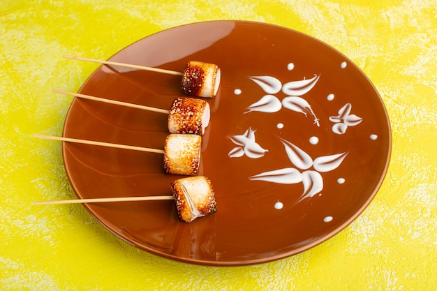 Stick Confitures Wewnątrz Brązowego Talerza Na żółtym Tle Przekąska Kolor żywności Posiłek Darmowe Zdjęcia