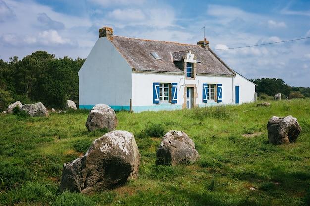 Stojący Kamienie Przy Carnac, Brittany France.the światowy Wielki Megalityczny Punkt Zwrotny W Francja. Premium Zdjęcia
