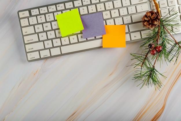Stół Biurowy Z Klawiaturą Komputerową I Ozdoba Choinki Widok Z Góry Z Miejsca Kopiowania Premium Zdjęcia