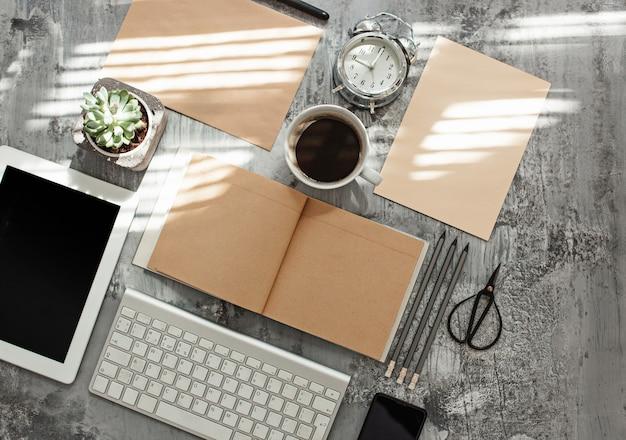Stół Biurowy Z Komputerem, Materiałami Eksploatacyjnymi I Telefonem Darmowe Zdjęcia