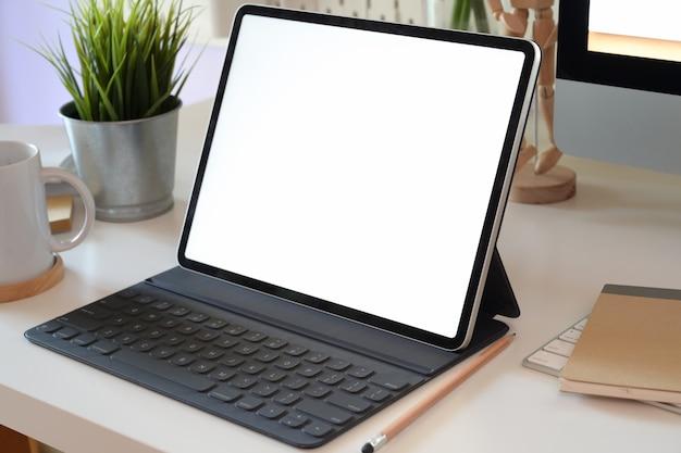 Stół Biurowy Z Tabletem Z Pustym Ekranem, Klawiaturą Komputerową I Innymi Artykułami Biurowymi Premium Zdjęcia