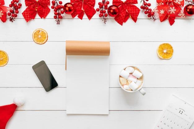 Stół Biurowy Z Urządzeniami, Materiałami I świątecznym Wystrojem. Widok Z Góry Premium Zdjęcia