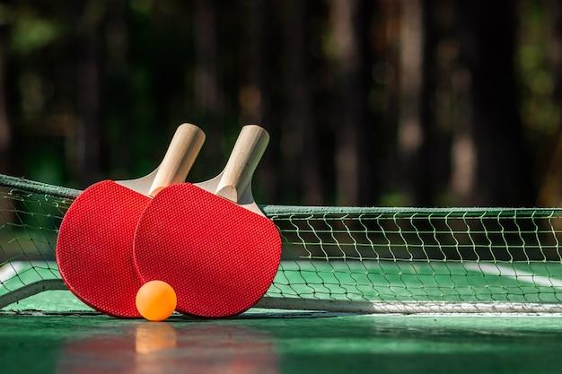 Stół Do Ping-ponga, Rakieta I Gra W Piłkę W Przyrodzie Premium Zdjęcia