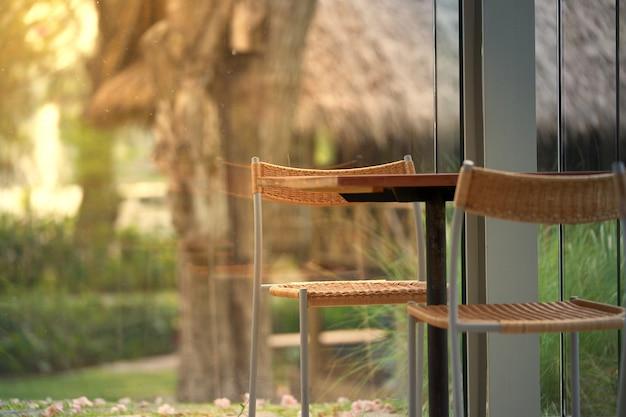 Stół I Krzesła W Pokoju Kawiarnia Z światłem Słonecznym Premium Zdjęcia