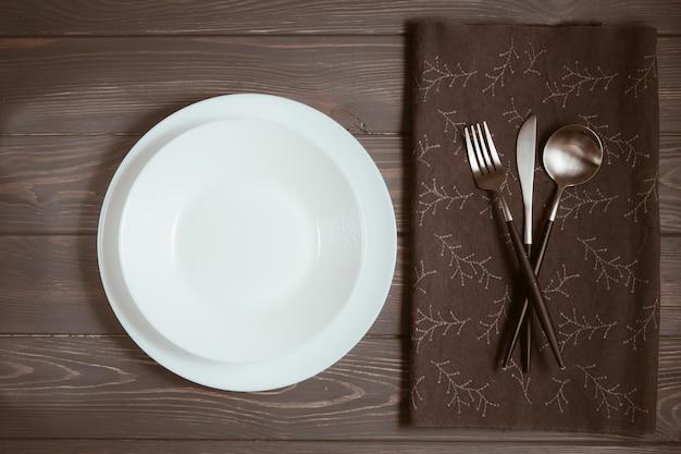 Stół Restauracyjny Ze Sztućcami Darmowe Zdjęcia