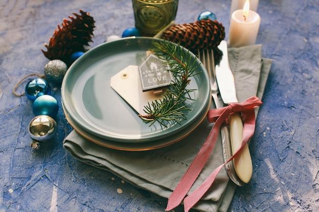 Stół serwowany na świąteczny obiad w salonie Premium Zdjęcia