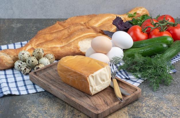 Stół śniadaniowy Z Warzywami, Chlebem, Jajkami I Serem. Darmowe Zdjęcia