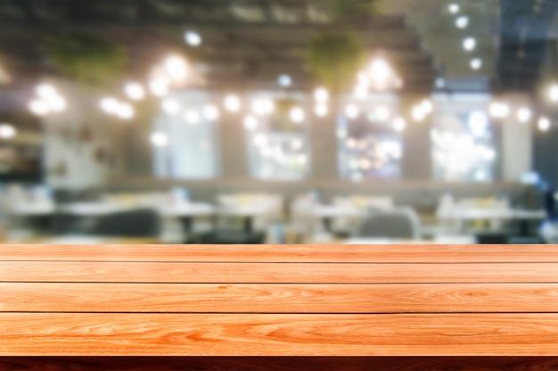 Stół z drewna w rozmycie tła nowoczesnej restauracji Premium Zdjęcia