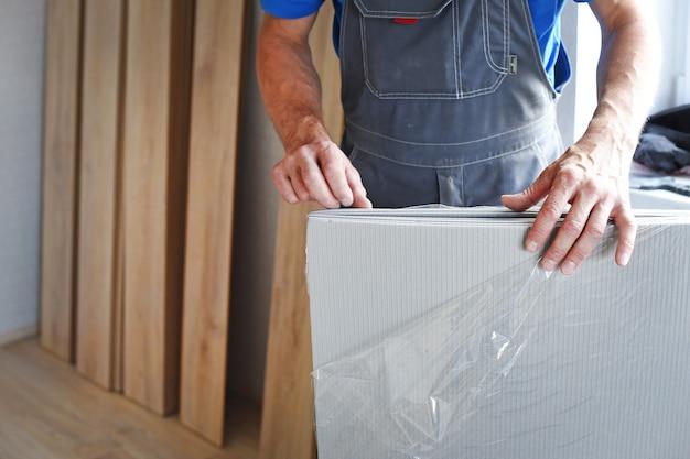 Stolarz Mężczyzna Wybiera Podłoże Laminowane. Pojęcie Zawodów Pracujących. Premium Zdjęcia
