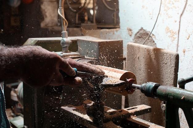 Stolarz Obiera I Formuje Drewno Darmowe Zdjęcia