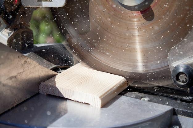 Stolarz za pomocą piły tarczowej do drewna Premium Zdjęcia