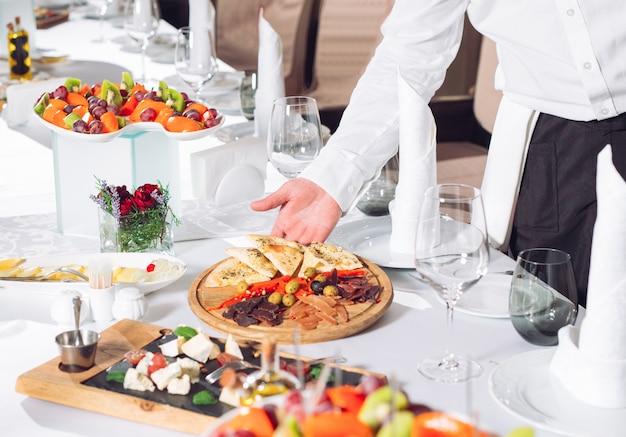 Stolik kelnerski w restauracji przygotowujący się do przyjęcia gości. Premium Zdjęcia