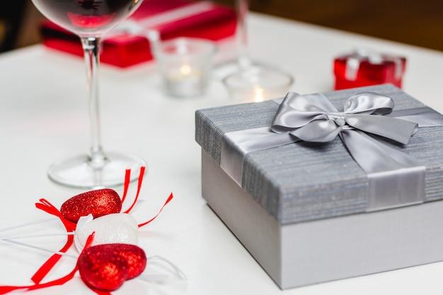 Stolik Z Lampką Wina I Prezentami Premium Zdjęcia