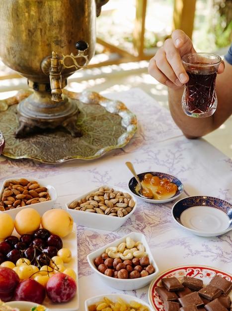 Stolik Z Samowarem, Owocami, Czekoladą, Orzechami I Słodyczami. Darmowe Zdjęcia