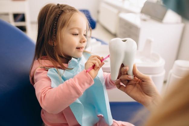 Stomatologia mała dziewczynka Premium Zdjęcia
