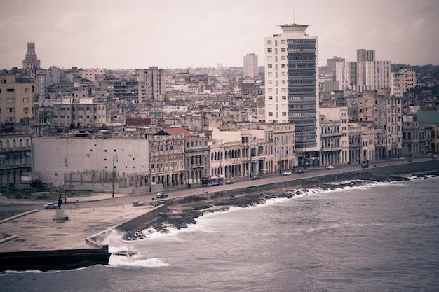 Stonowana Pejzaż Miejski Stolicy Kuby Od Havana Malecon Premium Zdjęcia