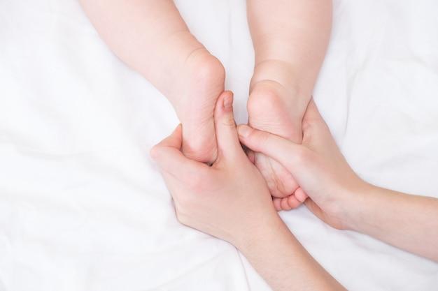 Stopy Dziecka W Rękach Mamy. Stopy Małego Noworodka Na Kobiecej Dłoni Z Bliska. Mama I Jej Dziecko. Premium Zdjęcia