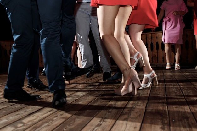 Stopy ludzi tańczących na imprezie klubowej. nierozpoznawalny Premium Zdjęcia