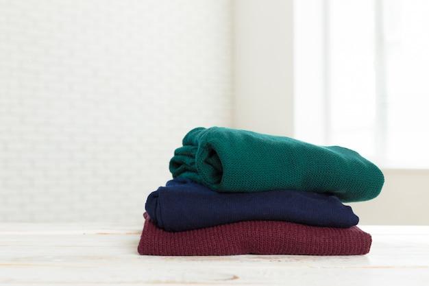 Stos Białych Przytulnych Swetrów Z Dzianiny Premium Zdjęcia