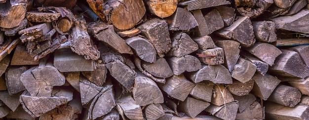 Stos drewna kominkowego ułożone na piec i kominek w pobliżu domu w rustykalnym stylu rustykalnym tle z miejscem na tekst Premium Zdjęcia