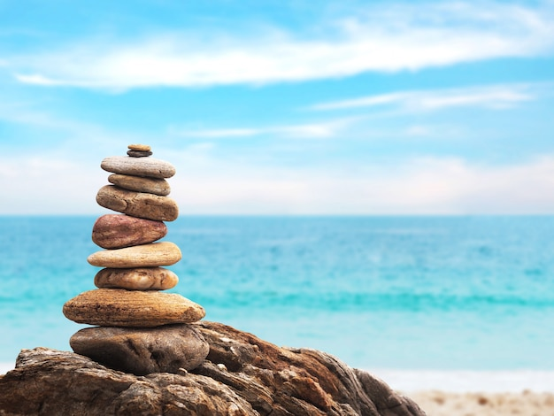 Stos kamień jako ostrosłup na lato plaży tle Premium Zdjęcia