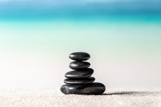 Stos kamieni zen na piaszczystej plaży Premium Zdjęcia