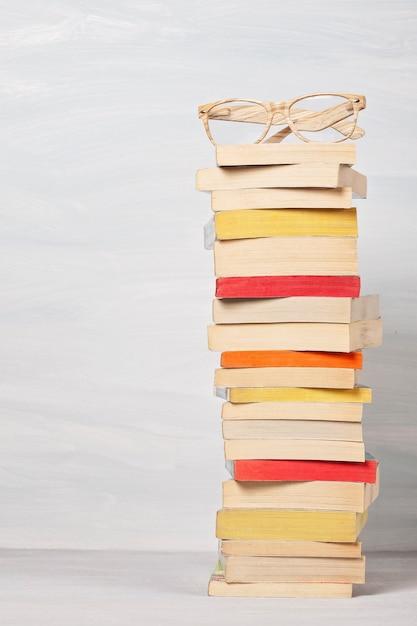 Stos książek kieszonkowych. Premium Zdjęcia