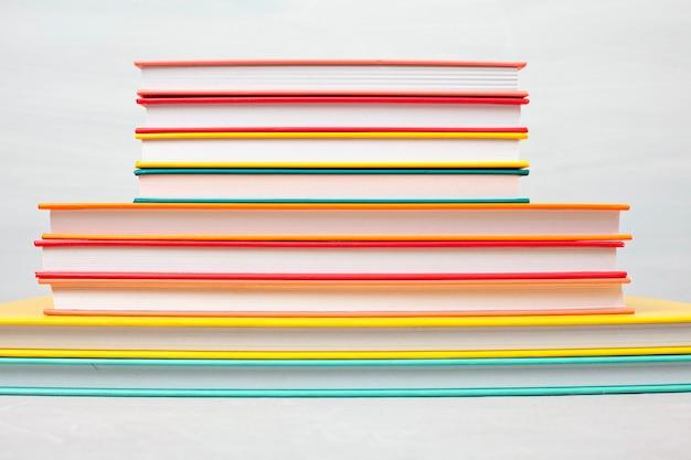 Stos książek na stole. czas wolny, czytanie, koncepcja nauki Premium Zdjęcia