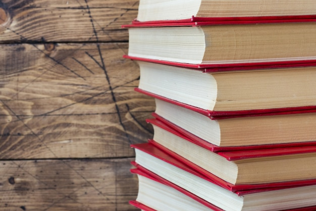 Stos książek w twardej oprawie na drewnianym stole. skopiuj miejsce na tekst Premium Zdjęcia