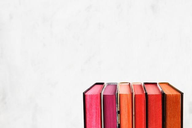 Stos książki z kolor stertą na białym tle. skopiuj miejsce Premium Zdjęcia