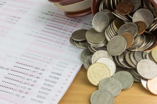 Stos monet z książeczką oszczędnościową Premium Zdjęcia