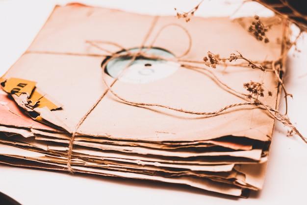 Stos Porysowanych Zakurzonych Starych Płyt Winylowych Związanych Liną Premium Zdjęcia