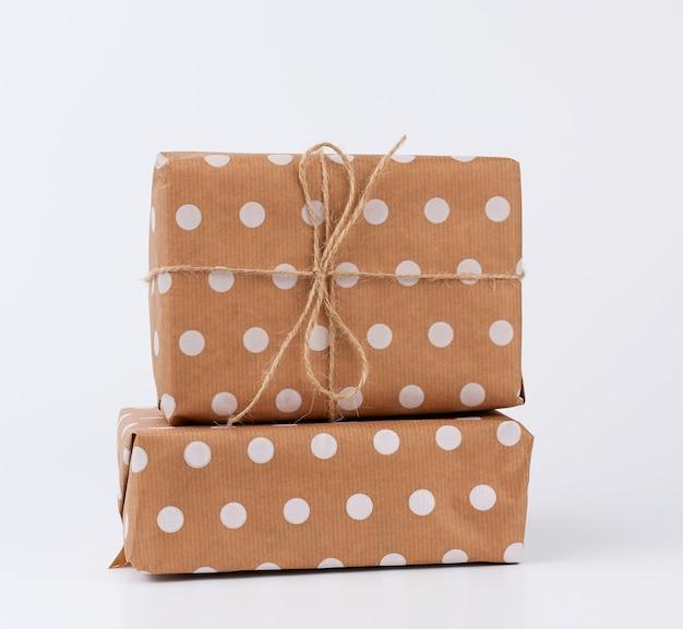 Stos Prezentów W Pudełkach Owiniętych Brązowym Papierem Pakowym I Zawiązanych Liną Premium Zdjęcia